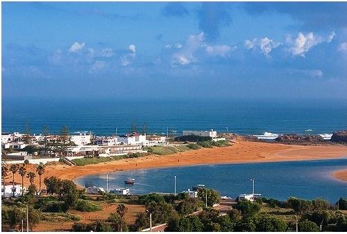 #Oualidia Beach, #Morocco. A differenza di altre località balneari in Marocco, a Oualidia la spiaggia è frequentata per gran parte da famiglie marocchine.     Più qualche europeo residente a Casablanca, Rabat o Marrakeck venuto a passare il week-end. I classici turisti stranieri invece sono pochi. La spiaggia è abbastanza bella. La parte che dà sull'interno della laguna ha acque calme ma l'acqua non è limpida come quella dell'oceano.