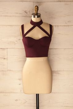 Elle était élégante mais surtout très séduisante dans son débardeur couleur bordeaux ! She was elegant but especially attractive with this burgundy crop top! Sexy burgundy halter crop top https://1861.ca/products/poliarny