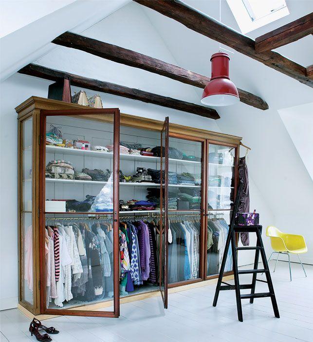 Oude winkelkast als kledingkast