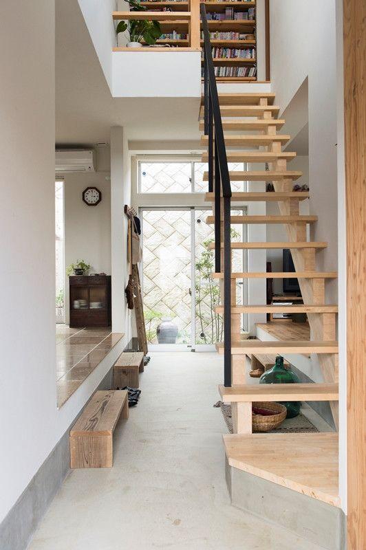 """毎週土曜深夜1:15〜放送の「ざっくりハイタッチ」(テレビ東京)。11月21日深夜放送の回は、千原ジュニアさんの同期であるバッファロー吾郎の竹若元博(たけわか・もとひろ)さんが建てたという新築の家にお邪魔する…という内容でした。 その家というのが、なんと""""竹若さんがほぼ1人で建てた""""という、驚きの家"""
