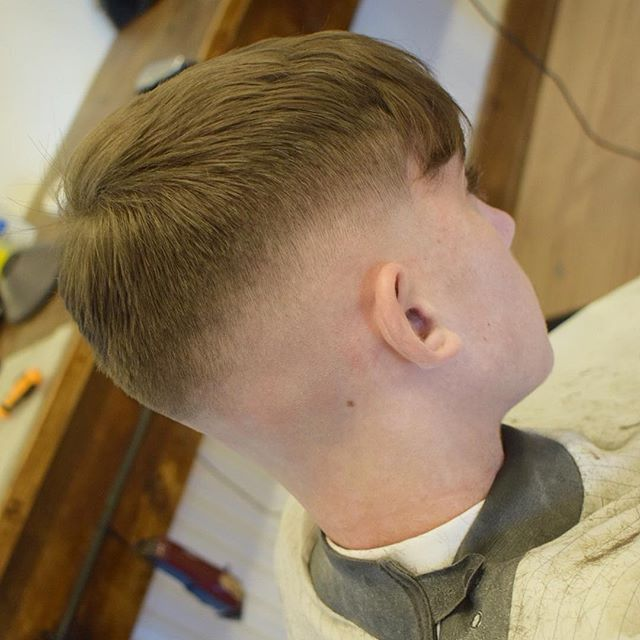 WEBSTA @knightandcobarbers Feather razor cut on top for that natural drop Cut @bradknightbarber