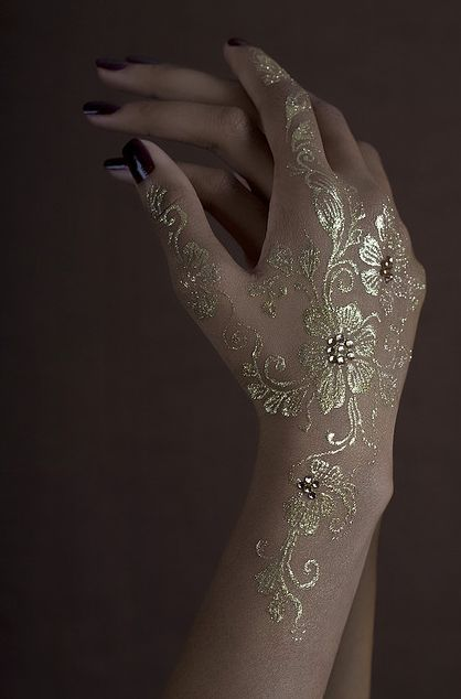 White and Gold Wedding. Reception Look. Bridal Henna. Henna Temporary Tattoo _ Luxe Glow - Gold by akiyohenna