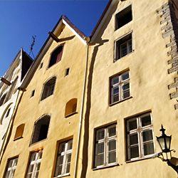 Three Sisters Hotel muodostuu kolmesta upeasta kauppiastalosta vuodelta 1362, jotka on restauroitu ja yhdistetty pittoreskiksi viiden tähden hotelliksi. Three Sisters Hotel sijaitsee Tallinnan keskiaikaisen Vanhankaupungin muurien sisäpuolella yhdellä sen kuuluisimmista kaduista - mukulakivetyllä Pikk-kadulla. Jokainen hotellin 23 tyylikkäästä, tilavasta huoneesta ja sviitistä on oman muotoisensa ja kokoisensa - onhan niiden alkuperä 1300-luvulla. #eckeröline #tallinna #tallinn #estonia…