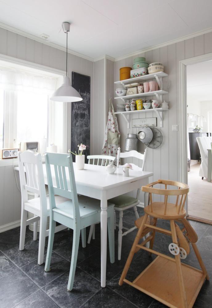 GJENBRUK: Dette kjøkkenet er landlig og sjarmerende. Bord, stoler og barnestol er enten arvet eller kjøpt brukt.