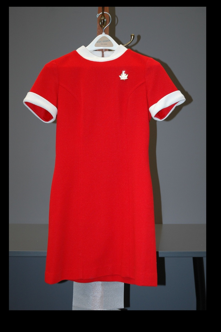 Mettez à jour votre garde-robe! Uniforme d'hôtesse de l'air par Dallaird, vers 1969.
