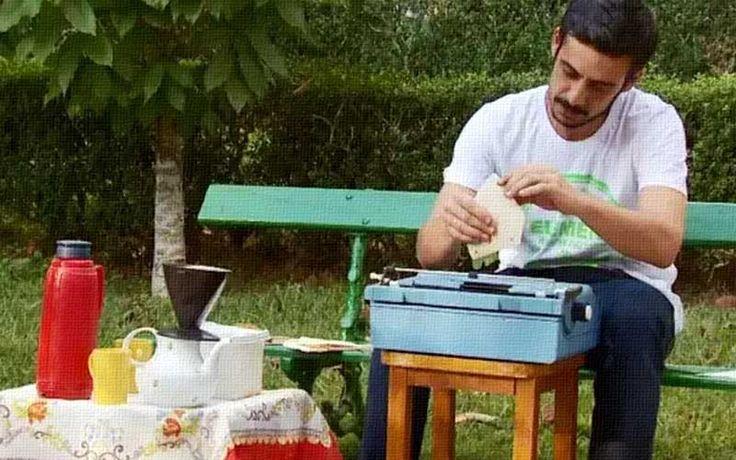 Filtros de café usados, uma máquina de escrever e muita imaginação. É assim que Carlos Alberto La Terza Júnior, de São Lourenço (MG), compõe poesias. O artista passou  dias escrevendo nos filtros e com o mesmo material, ele fez seu primeiro livro. Durante o período de férias escolares, ele exibiu o trabalho no Parque das Águas, e atraiu curiosos e admiradores.  http://cafeouronegro.com.br/escritor-reutiliza-filtros-de-cafe-para-compor-poesia-em-mg/