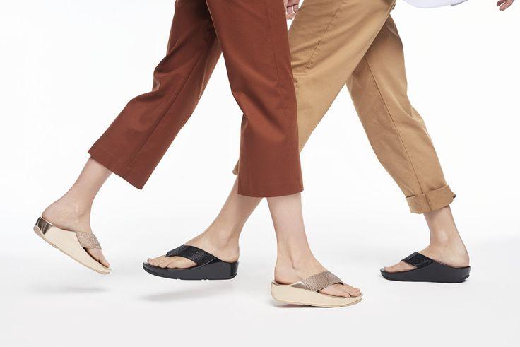 Vill du gå med en lättare känsla? Fitflop är lätta, mjuka sandaler som ger en unik stötdämpning och komfort i varje steg. Vilket gör att du går rätt, går skönt och undviker fotsmärta