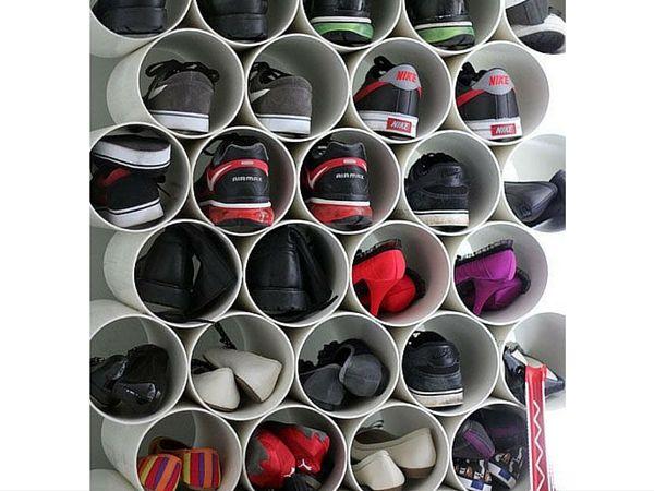 Telle une ruche pleine d'alvéoles, ce meuble à chaussures est composé de tuyaux de plomberie en PVC pour organiser toutes ses sneakers et ses chaussures préférées !