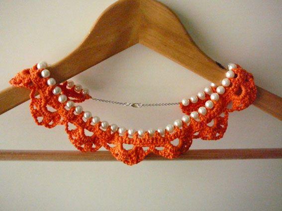 elegante parels met een oranje gehaakt jasje van katoen