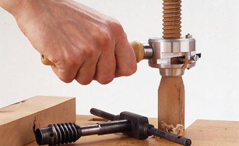 Du kannst selbst ein Gewinde in Holz schneiden. Wir zeigen, wie es geht.