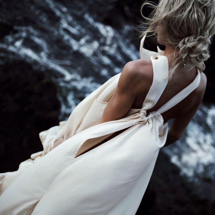 Ample, longue et minimaliste, cette robe épurée a tout de la parfaite robe de plage (photo Happily Grey)