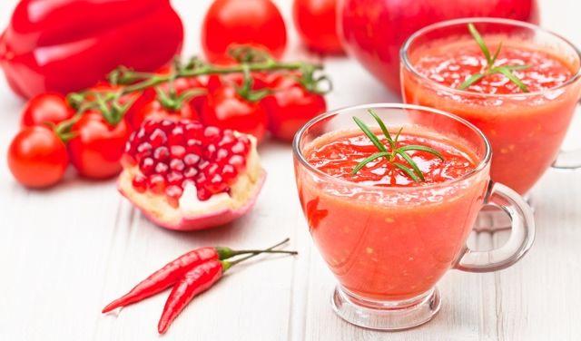 Koktajle od kilku sezonów to jedne z najpopularniejszych płynnych przekąsek. Zazwyczaj miksujemy owoce z dodatkami jogurtu. Ale pyszną propozycją będą również smoothie w wersji wytrawnej. Miks warzyw z