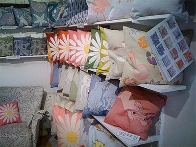 """Stanna till i backen ner mot Kiviks hamn och shoppa grytvante-fiskar, handdukar med älskarälskarej-prästkragar och allehanda tygskapelser med ett helt unikt färgdjup. PS. Vill du hitta alla våra utflyktstips snabbt och enkelt när du är ute och far? Gå in på www.skanesafari.se och """"Lägg till på hemskärmen"""". Dela gärna! #hildahilda_made_in_sweden https://skanesafari.se/hildahilda/ #HIldaHilda # #skanesafari"""