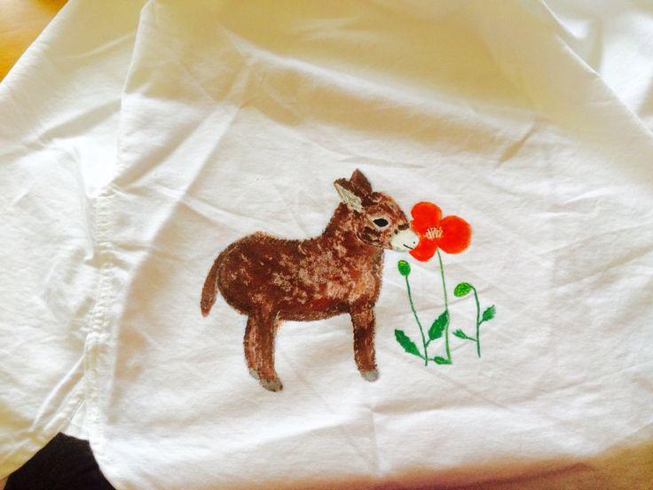 シャツの背中に描いたロバ。