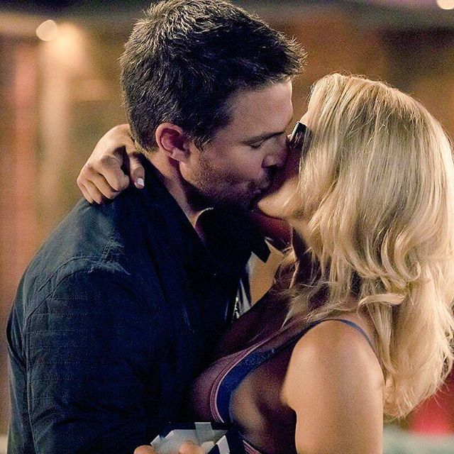 """*NEW 6X03"""" OLIVER & FELICITY OMG this kiss is so damn beautiful, HOT & Perfect Oliver will give felicity a present that is the key of his & William house I love one Family . . #emilybettrickards #stephenamell #oliverqueen #felicitysmoak #Olicity #stemily #greenarrow #overwatch #arrow #theflash #supergirl #dccomics"""
