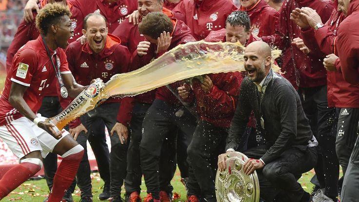 VIDEO - La bataille de bière du Bayern Munich a fait une victime de choix : Pep Guardiola - Bundesliga 2015-2016 - Football - Eurosport