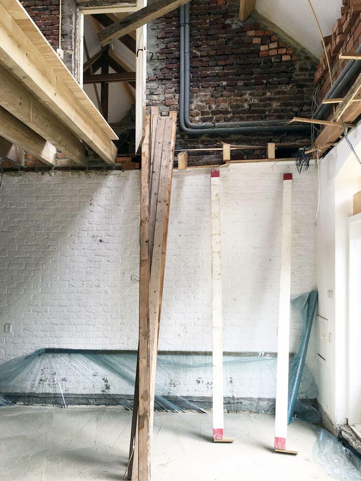 Uitvoering,     De oude brandmuur krijgt zijn oude functie weer terug, deze muur scheidt het woon- van het werkhuis.    meer projecten: http://www.denieuwecontext.nl/   #boerderij #verbouwing #ontwerp #architect #interieurarchitect #denieuwecontext #renovatie #wonen #werken #vide #keuken #kachel #bedandbreakfast #bed #breakfast #limburg #mariahoop #maastricht #nederland #langgevelboerderij #ruraal #onderzoek #constructie #baksteen #wit #groen #coach #ruimte