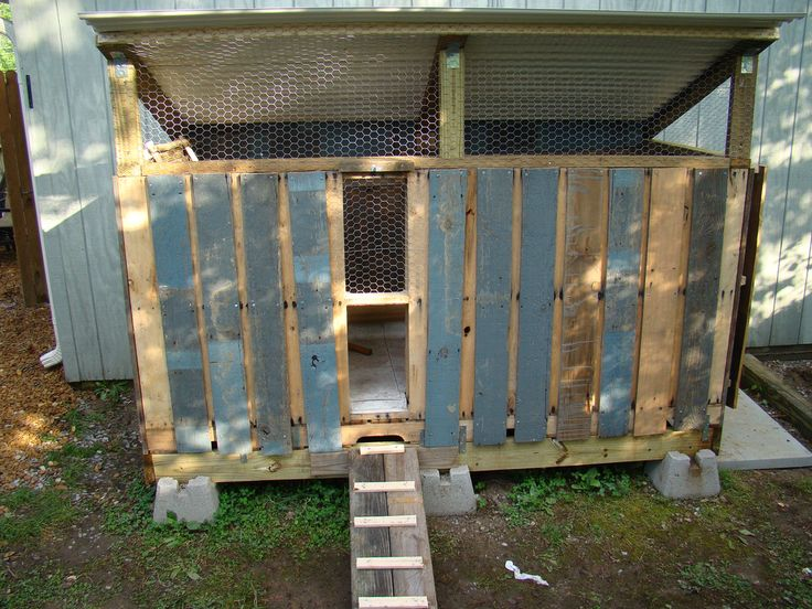 Chicken coop made with recycled pallets.