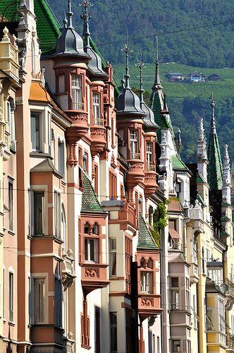 Bozen, Sparkassestraße / Bolzano, Via Cassa di Risparmio #architecture #europe
