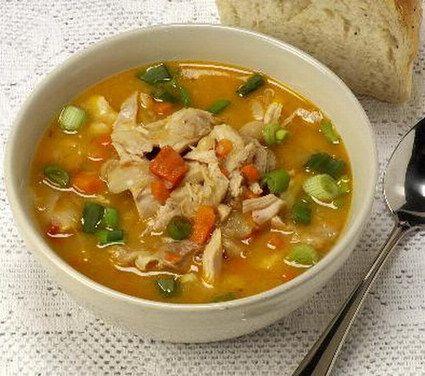 Soupe chinoise au poulet -- Ingredients:      500 g de blanc de poulet désossé et sans peau     200 g de germes de soja     15 g de champignons sechés     200 g de vermicelle     4 oignons nouveaux (avec la tige)     150 g de petits pois surgelés     1 carotte     1 blanc de poireau     1 branche de céleri     4 cuillères à soupe de sauce soja     1 cuillère à café de curry     sel et poivre     huile