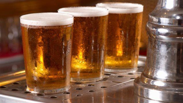 Les retraités de Labatt n'auront plus droit à de la bière gratuite, un des bénéfices de leur plan de retraite depuis plus de cinquante ans. L'entreprise a annoncé que la quantité de bière auquel ses retraités avaient droit annuellement serait d'abord réduite de moitié en 2018 et que le bénéfice serait complètement éliminé en 2019 parce qu'il coûte trop cher.