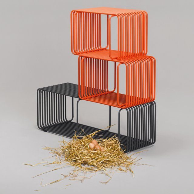 Des étagères colorées en tube d'acier peint en gris et orange comme des cages, Rodet