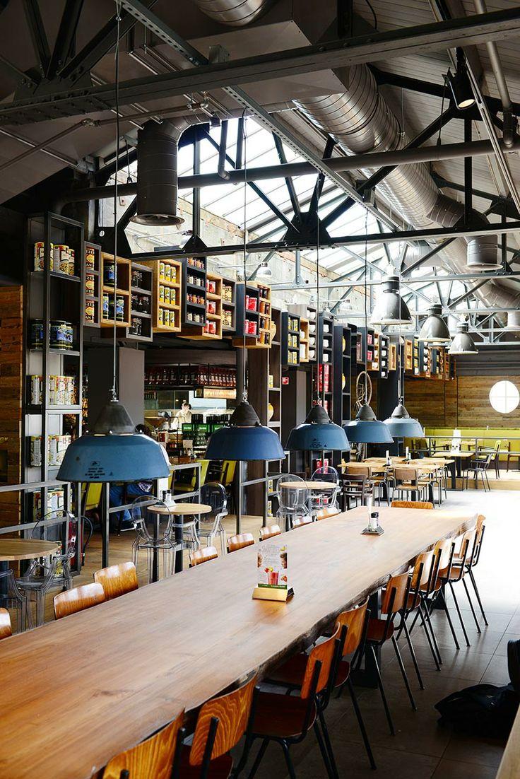 Vintage meubulair & gerecycled materiaal Het La Place restaurant en café aan de Aalmarkt in Leiden zijn beide geheel vernieuwd. Zowel het café op de begane grond als het restaurant op de gehele bovenste etage hebben een inspirerende industriële inrichting. Hoge plafonds, vintage meubilair en er is gebruik gemaakt van gerecycled materiaal