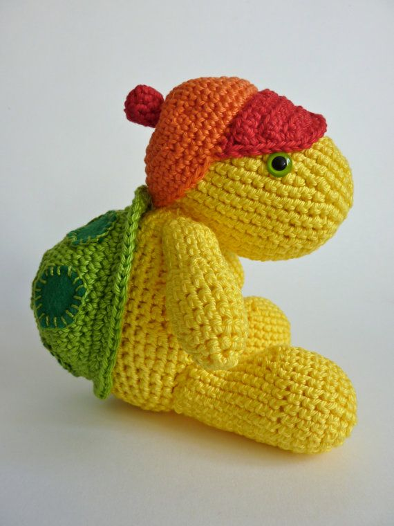 Een lieve gehaakt speelgoed schildpad met pet. Handgemaakt van katoen en hij heeft veiligheidsoogjes