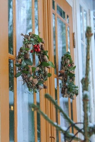 Kransar på ytterdörren. Foto: Erika Åberg #gamla #hus #byggnadsvård #veranda #fönster #pardörrar #linoljefärg