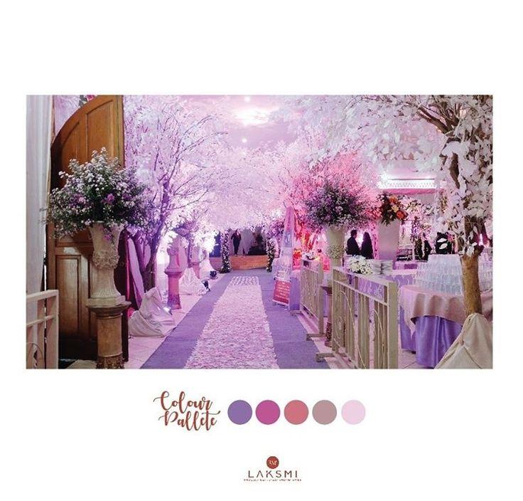 Area jalan yang dipenuhi bunga artificial putih Semua serba putih dengan lighting ungu terang cantik kan??