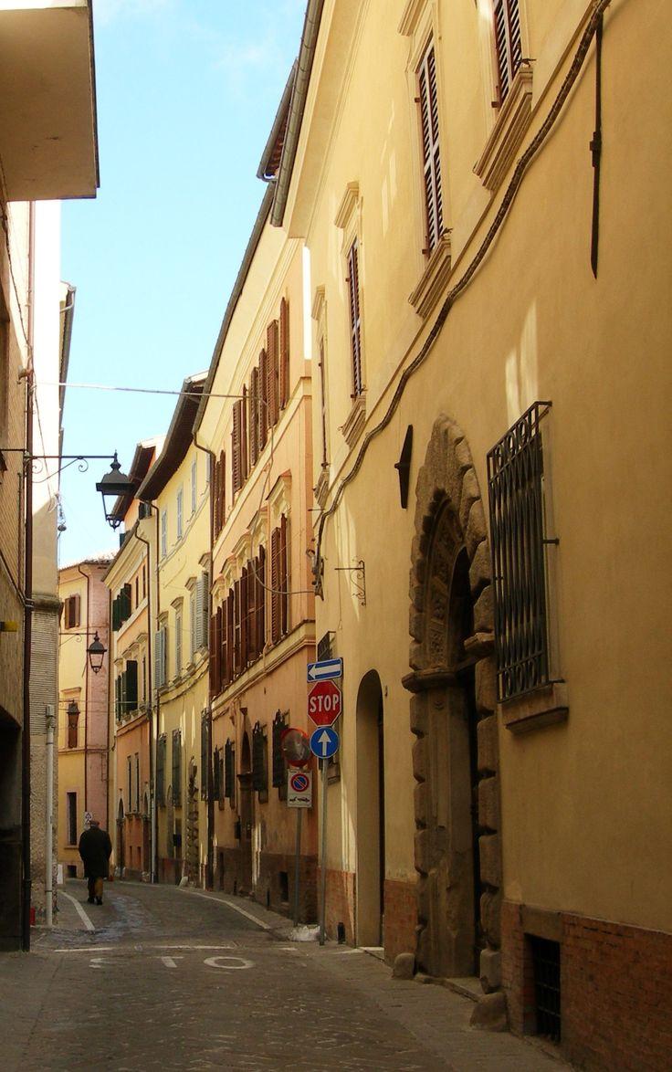 """Una panoramica di Via Varino Favorino chiamata dai camerinesi """"La piana"""", effettivamente è una delle poche vie non in salita del centro storico..."""