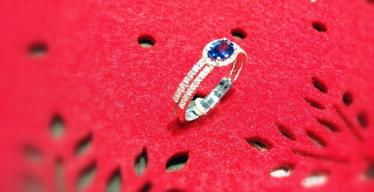 Zaffiro taglio ovale con diamanti taglio brillante montatura in oro bianco