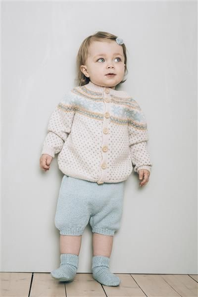 1415: Modell 5 Jakke, shorts, sokker #baby #knit #strikk