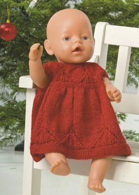 Glæd en lille dukkemor med en rød, strikket kjole til babydukken