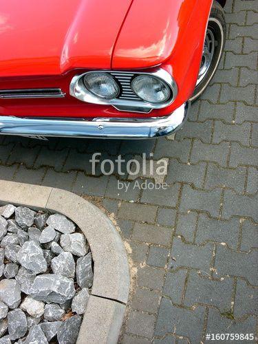 Rotes amerikanisches Chevrolet Corvair Cabriolet der Sechziger Jahre in einer Parkbucht mit Bordstein und Verbundpflaster in Lage bei Detmold im Kreis Lippe