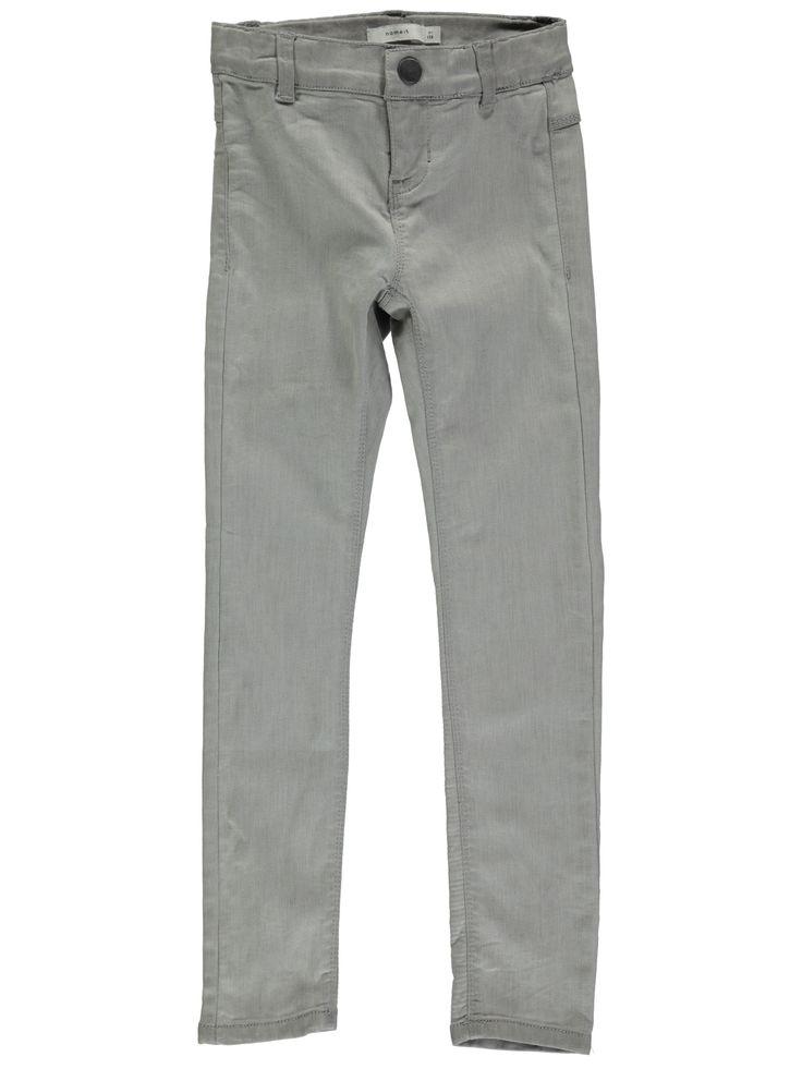 Licht grijze meisjes jeansbroek NITTERA van het kinderkleding merk Name-it  Dit is een licht grijze skinny jeans met een power stretch (Zeer elastische en super zachte broek) zodat deze heel mooi aanpast en gemakkelijk is voor uw kind. Deze broek is voorzien van een sluiting met een schuifknoop en een rits en is verstelbaar in de taille.