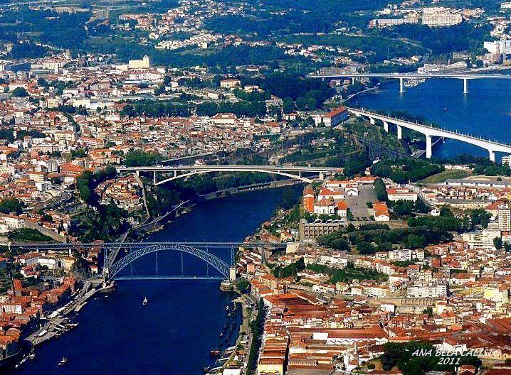 O RIO DOURO DE UM MODO PITORESCO ATRAVESSANDO A CIDADE INVICTA DO PORTO.. VENDO-SE AS LINDAS PONTES DO PORTO - PORTUGAL.