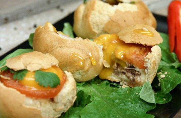 Бургер в булочке   Ингредиенты на 3 порции:  Булочки для бургера – 3 шт. Говяжий фарш – 150 г Твёрдый сыр – 3 кусочка Соль – по вкусу Перец – по вкусу Зелень – по вкусу Яйцо – 3 шт. Томат – 1 шт. Как приготовить:  Смешать фарш с солью, перцем и зеленью. Сформировать котлеты и быстро обжарить. Срезать верх булочки, удалить всю мякоть и выстелить внутреннюю часть сыром. Вложить внутрь котлету, кружок томата и закрыть верхней частью булочки. Запечь в разогретой до 180 градусов духовке (15…