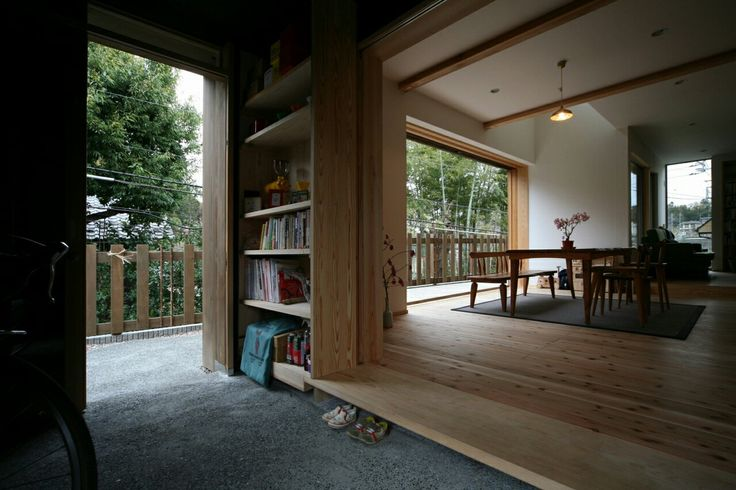 広袴の家 広い玄関土間。珈琲の焙煎をする。自転車を置く。庭とダイニングを回遊できる。