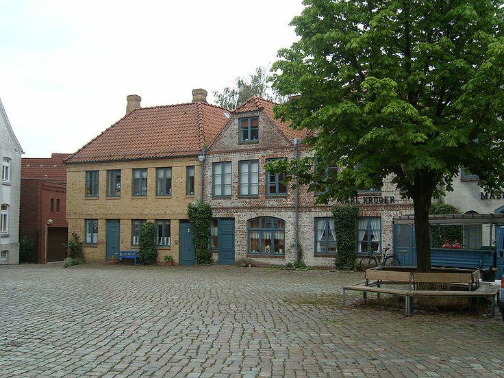 File:Itzehoe Innenhof-Burg July-2009 SL273069.JPG