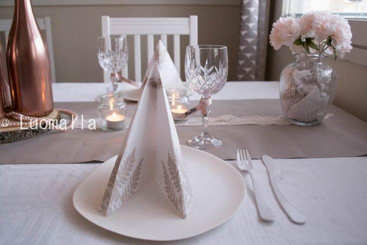 Romanttista ruusukultaa ja pitsiä hääkattauksessa. Servetti Dunin Filix- lautasliina. Via Häät.fi http://www.haat.fi/aiheet/ajankohtaiset/mika-on-taman-kesan-kaunein-haakattaus