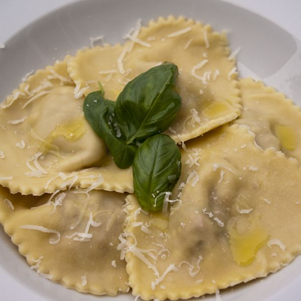DONNA CARAMELLA: Gevulde pasta: Ravioli met prociuto, zongedroogde tomaten, basilicum en mozarella. The naked chef (Jamie Oliver)