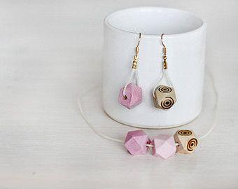 Geometrische Reihe: minimalistische baumeln Ohrringe und Halskette in Naturholz auf gewachste Schnur mit gold plated Fittings / facettierte Holz