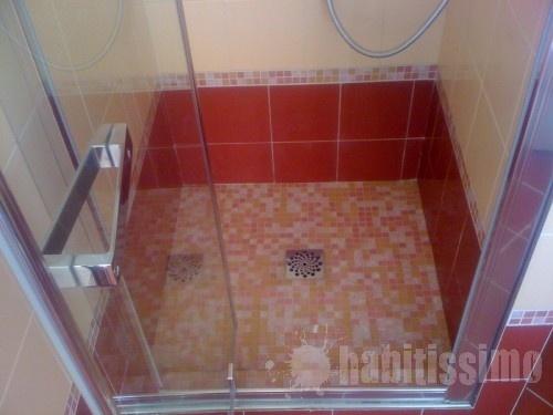 piatto doccia in muratura con posa di mosaico