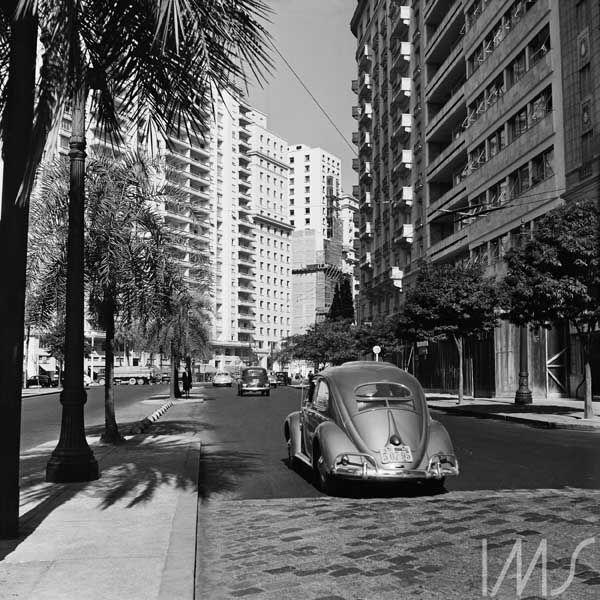 Vista da avenida São Luis tomada a partir da praça da República, c.1955. Centro, São Paulo - SP. Foto de Chico Albuquerque / acervo IMS.