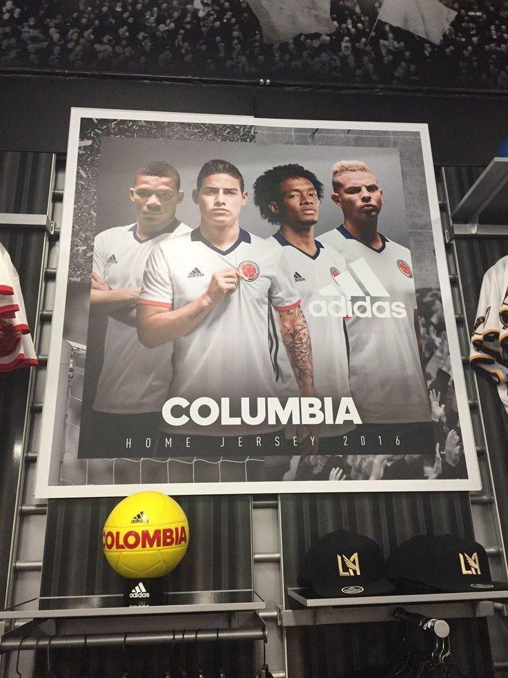 Les cons, mais les cons !!! Comment peut-on sponsoriser une équipe nationale et ne pas savoir écrire le nom du pays correctement ?