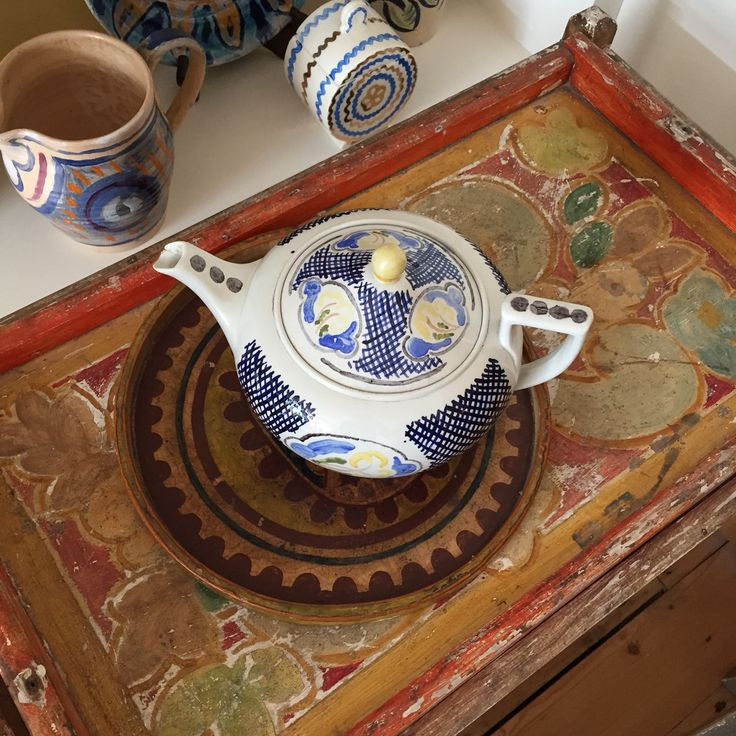 Virginia Woolf's teapot decorated by Vanessa Bell on a Duncan Grant tea trolley = Bloomsbury full house! From a private collection