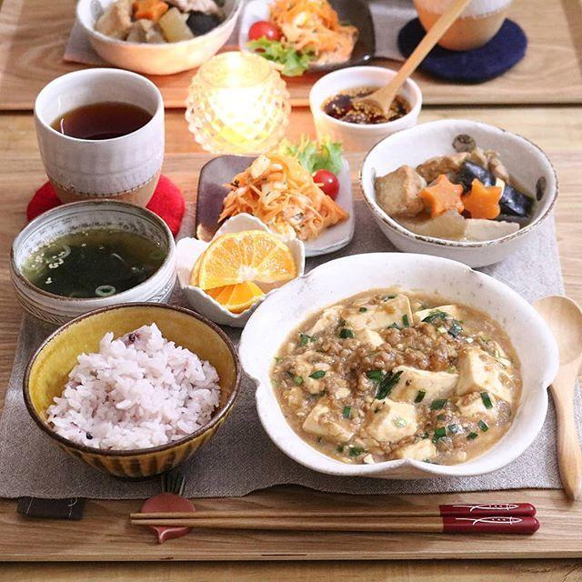 2018.1.30 . よるごはん . 辛くない麻婆豆腐 ひとくちおでん 人参とゆで玉子のゴママヨ和え わかめスープ 雑穀ごはん みかん🍊 . . この麻婆豆腐は辛くないので わたしはラー油かけていただきます🍴 . . 食べるラー油のレシピを ブログに書いていますので 見ていただけると嬉しいです☺ . . #yunaご飯#手料理#家庭料理#lin_stagrammer#kurashiru#delistagrammer#デリスタグラマー#クッキングラム#クッキングラムアンバサダー#タベリー#Kissカメラ#iegohanphoto#夜ごはん#よるごはん#一汁三菜#おうちごはん#晩ごはん#うちごはん#こんだて#器#小石原焼#小石原ポタリー#圭秀窯#おいしいから冬が好き#麻婆豆腐#おでん#🍢