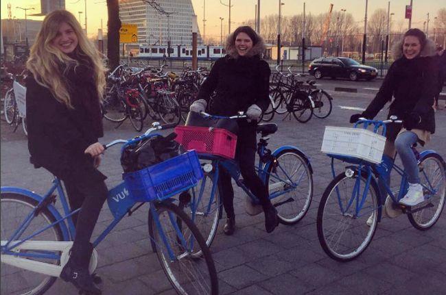 Studenten der VU Universität in Amsterdam mit ihrem Willkommensgeschenk: Ein Uni-Fahrrad mit Uni Logo und in Uni Farben. Das Fahrrad gabs geschenkt!!! Willst Du auch mit Firmen Logo durch die Stadt? Dann schau dir jetzt die Sommer Angebote von Company Zweirad an. Nur für kurze Zeit! Sei schnell!