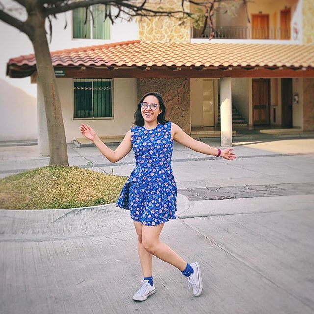 Un poco de baile todos los días alegra el corazón  . . Así que le pregunté a @mr.ebola qué tan mal se veía este vestido con tenis y terminé modelando para estas fotos. La combinación no está nada mal verdad?  . . A little dancing never hurt nobody. . . On this trip i forgot to bring more shoes so i ended up with this outfit that i loved!!  . . #sábado #saturday #saturyay #dance #happy #girl #instafun #instamood #blue #ootd